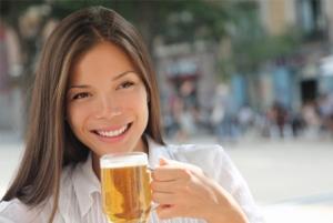 tipos de cerveza - chica bebiendo cerveza en el exterior
